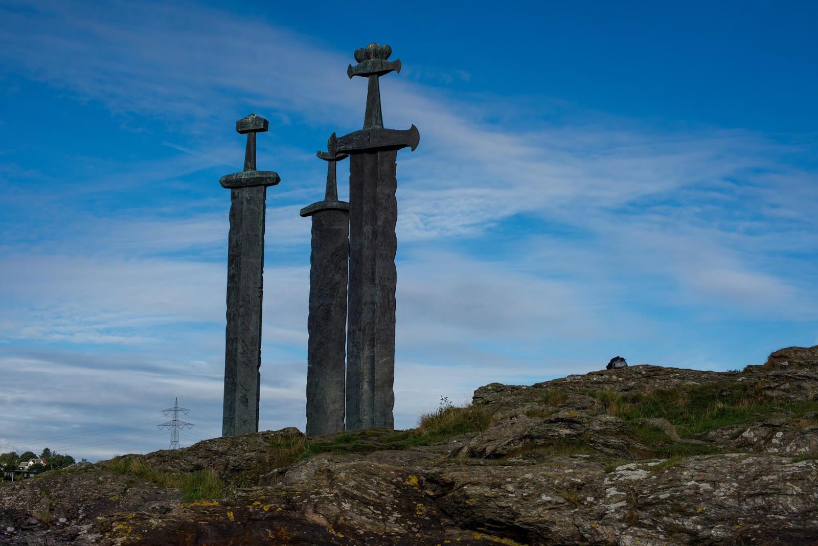 Монумент мечи в камне