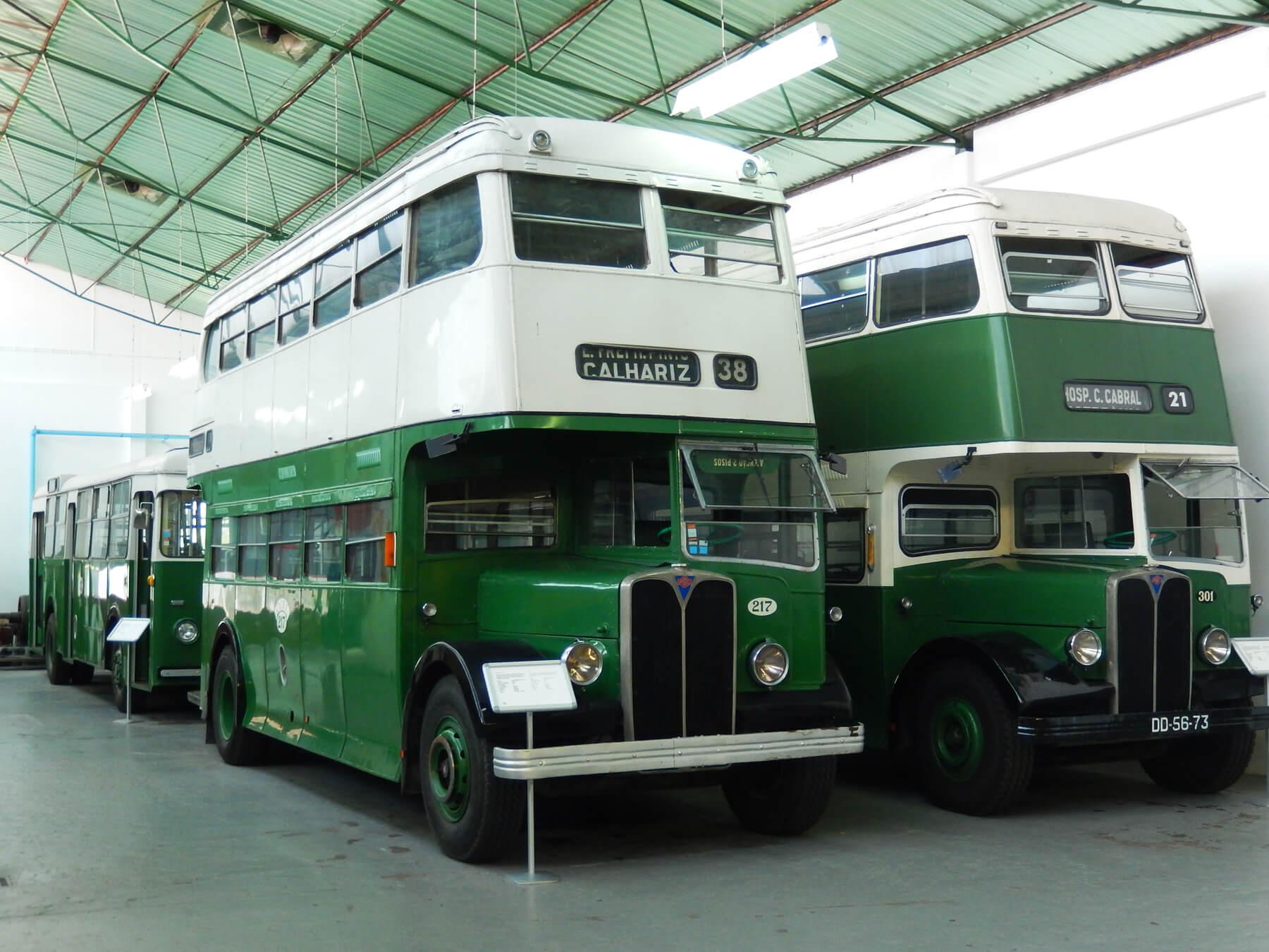Старые двухэтажные автобусы в музее транспорта