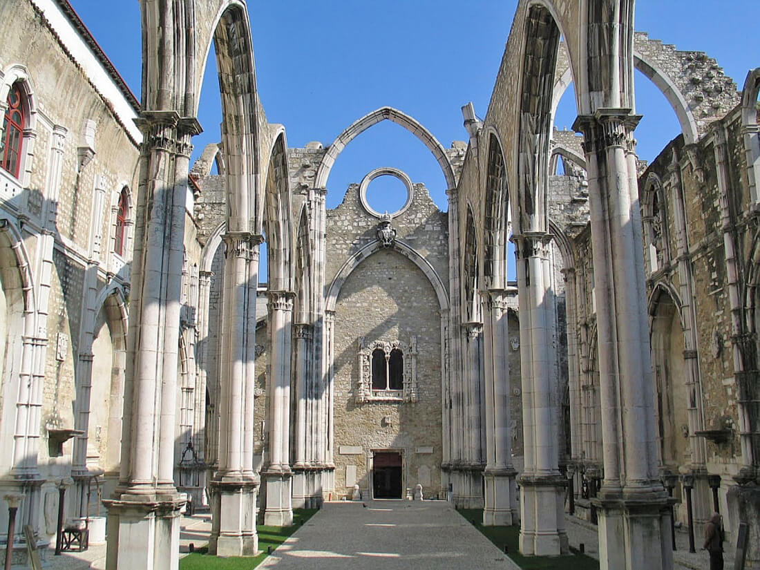 Руины церкви Кармо