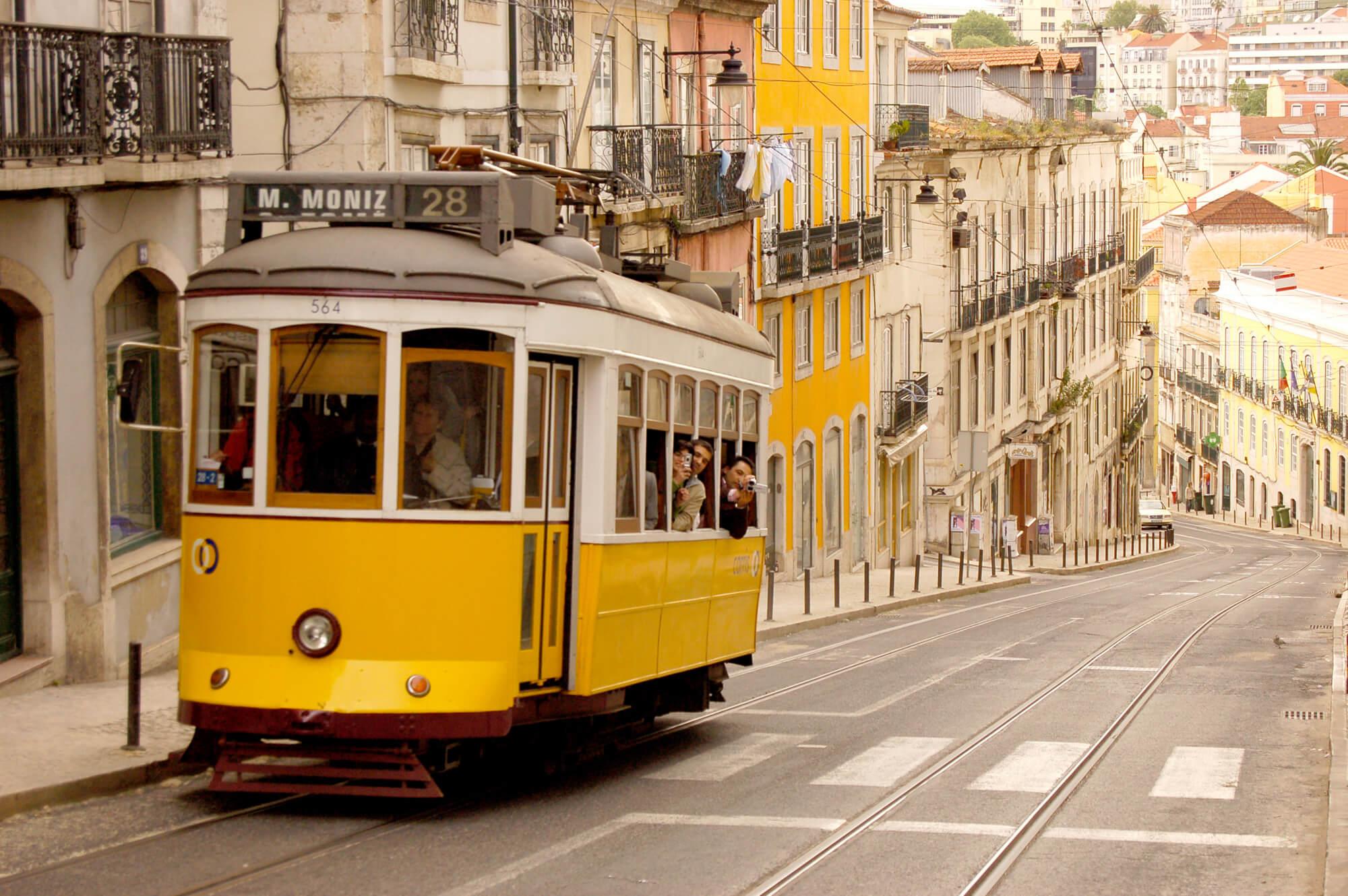Трамвай №28 с пассажирами, Лиссабон
