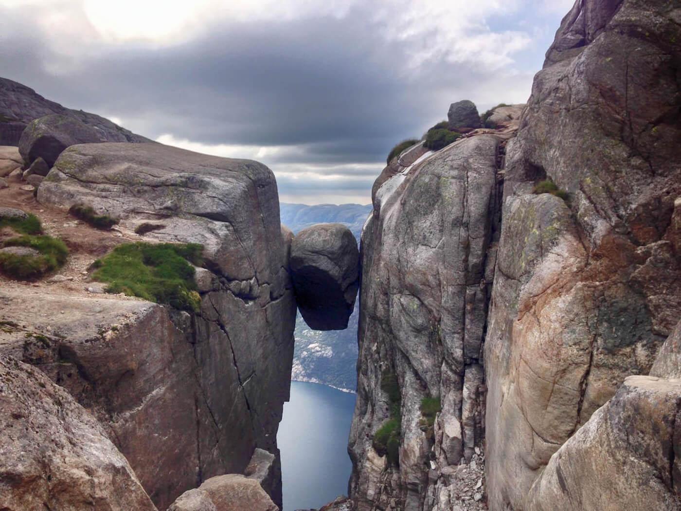 Валун Кьерагболтен в расщелине скалы Кьераг