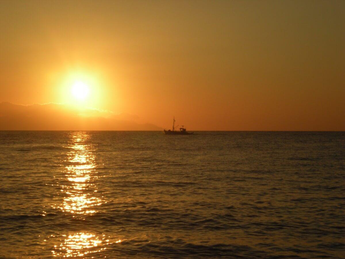 Закат на пляже острова Санторини