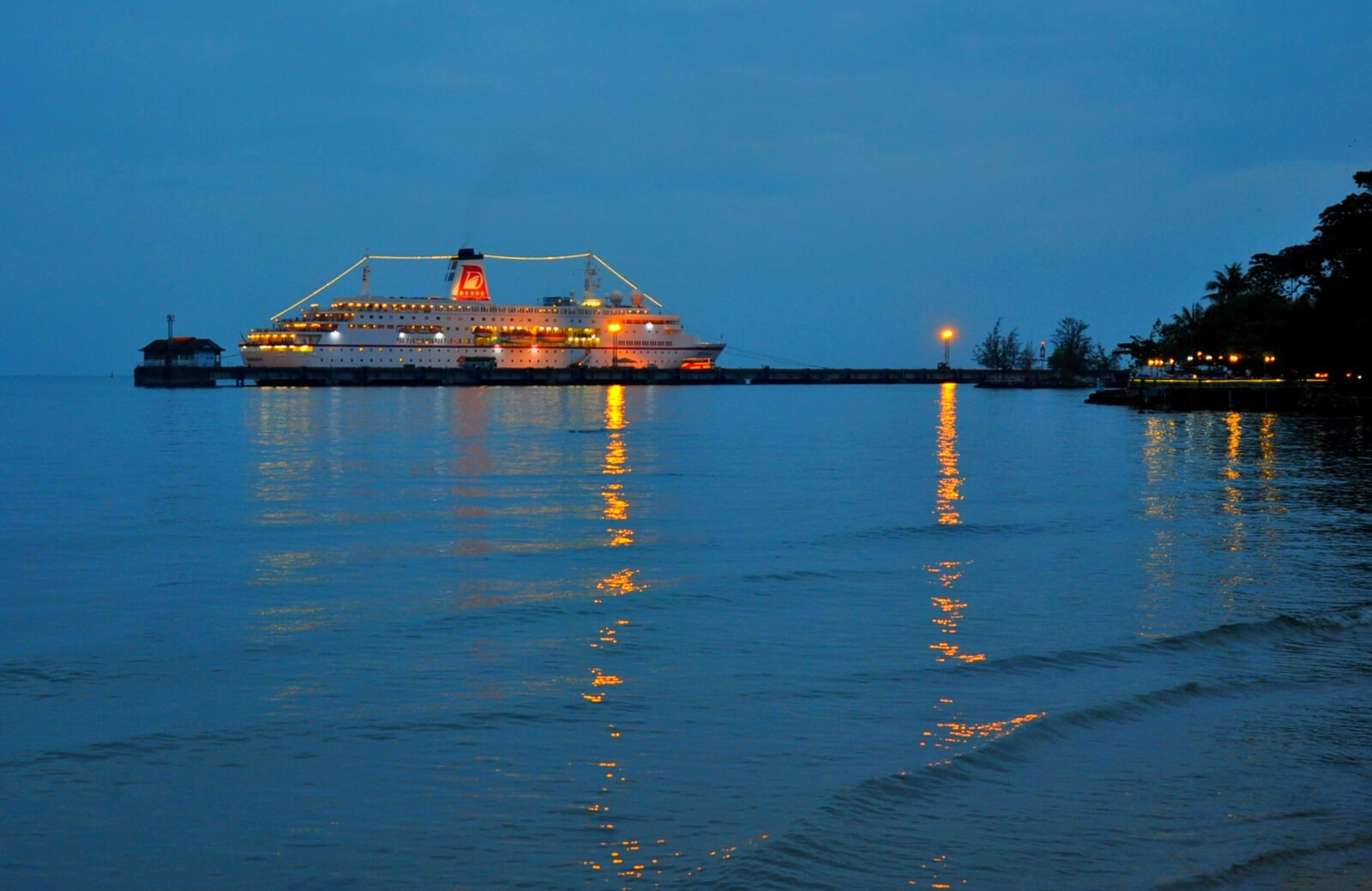 Вид на вечерний порт
