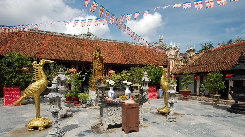 На территории буддистского храмового комплекса Ду Ханг