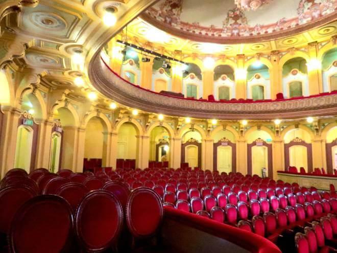 В зале оперного театра в Хайфоне