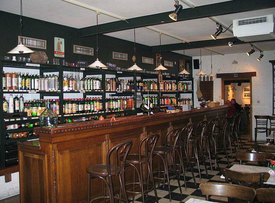 В дегустационном зале представлено более 140 видов алкогольного напитка