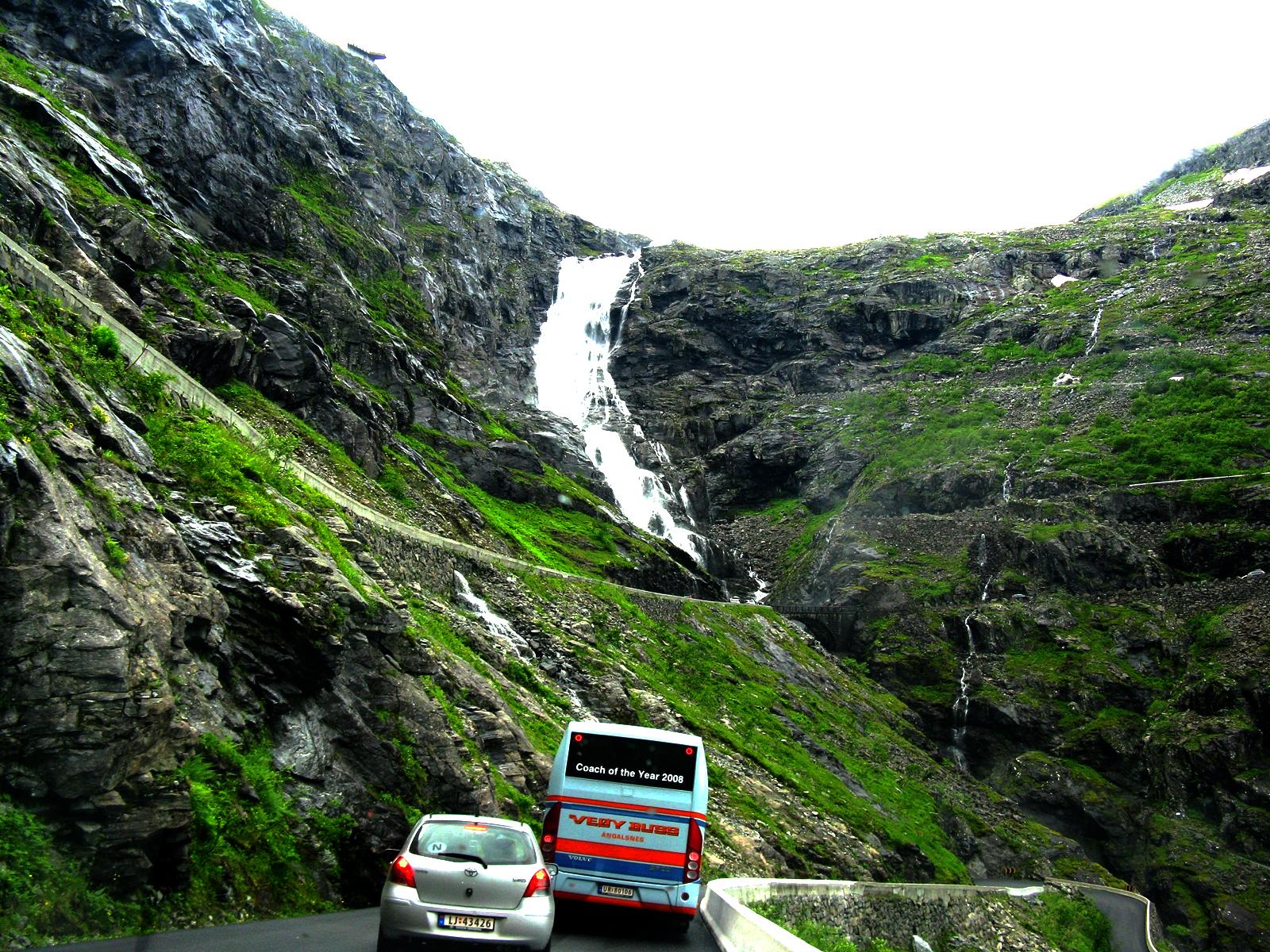 Водопад Стигфоссен у дороги Троллей