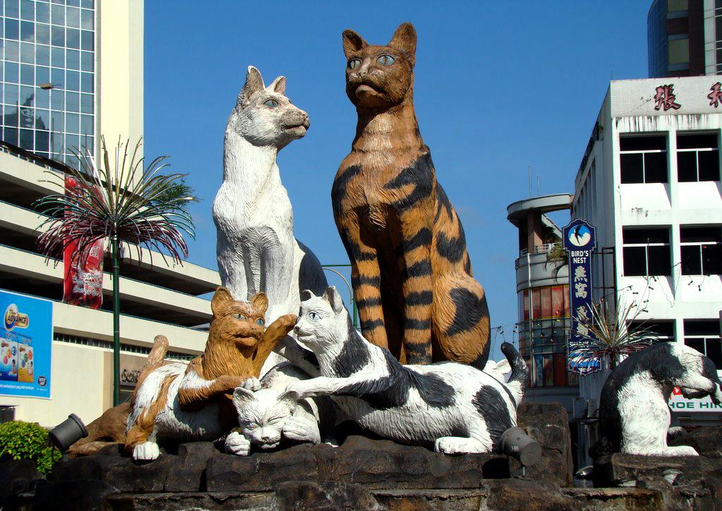 Главный памятник кошкам в Кучинге