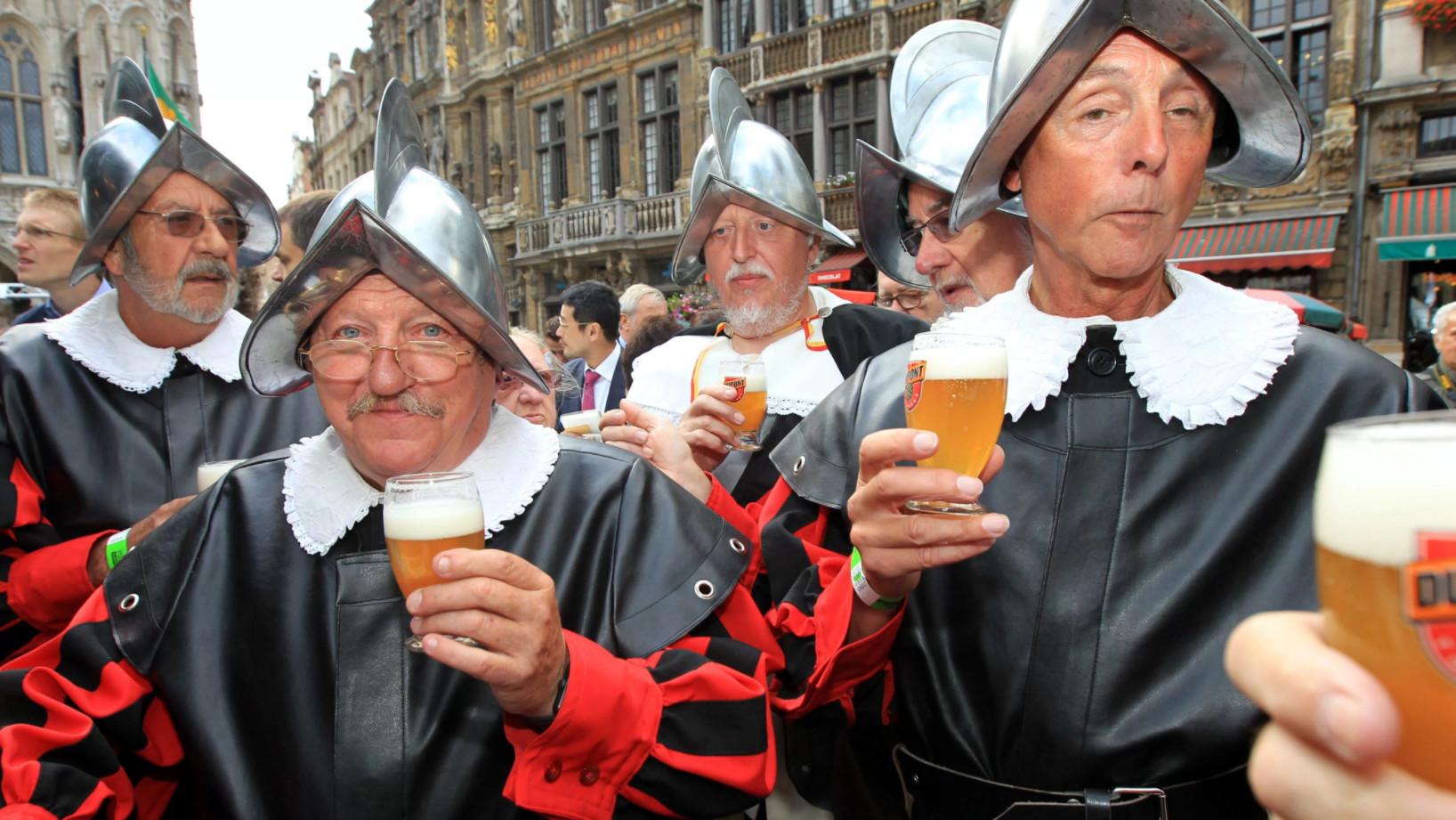 Бельгийские мужчины в костюмах и с пивом