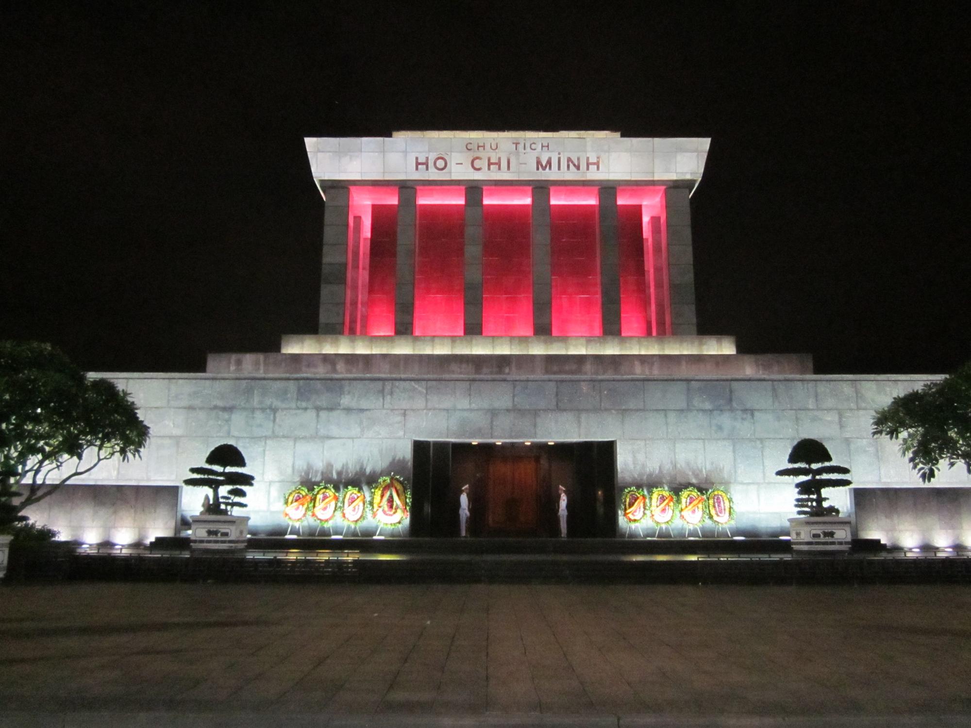 Мавзолей Хо Ши Мина в ночном освещении