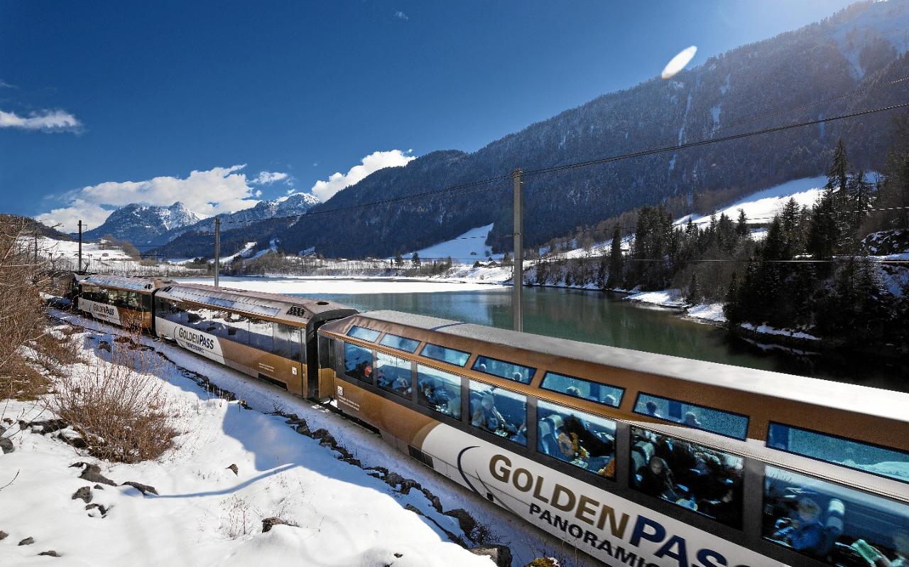 Поезд с панорамными окнами GoldenPass Line