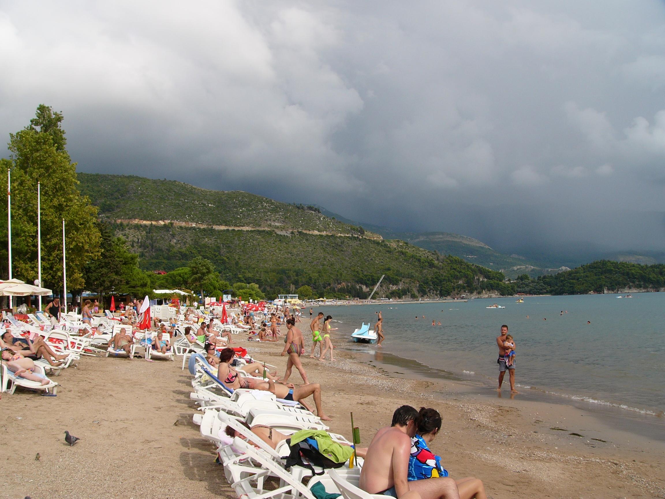 Шезлонги на Славянском плаже