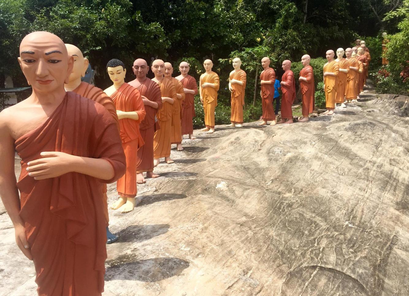 Статуи Будды разного возраста и монахов