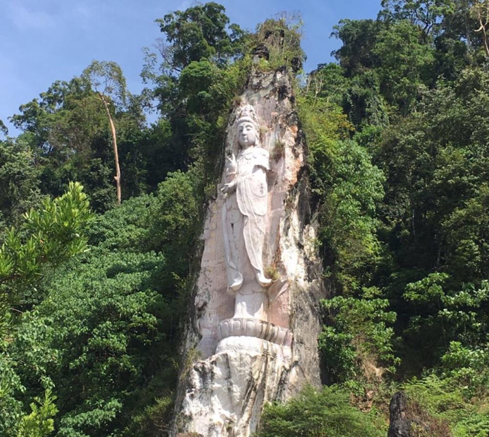 Статуя богини высеченная в скале