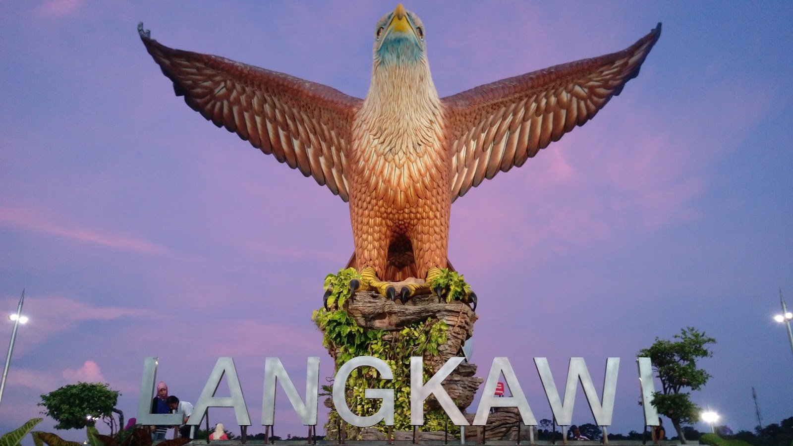 Статуя орла на площади в Лангкави