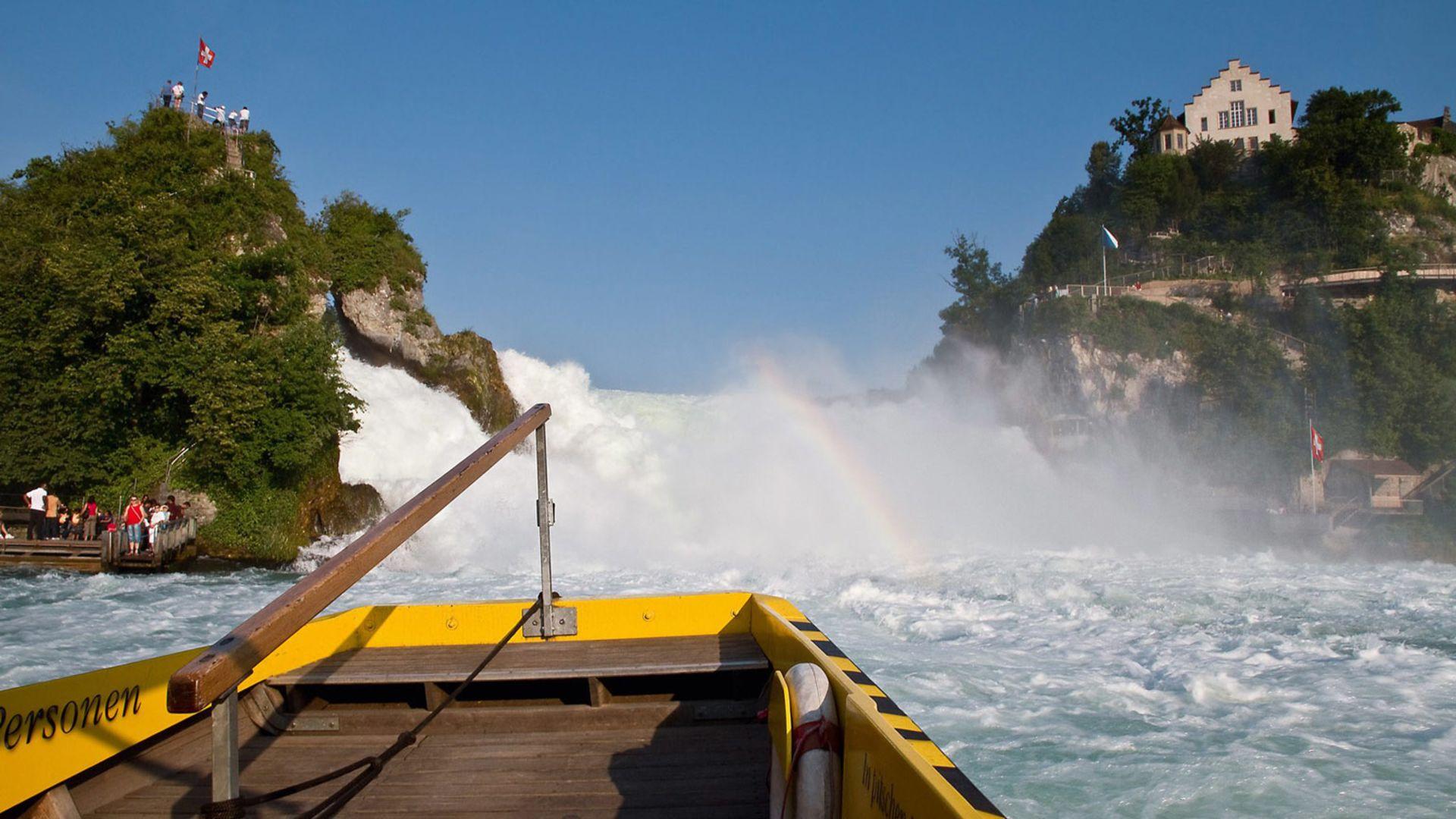 Вид на Рейнского водопада с прогулочного катера