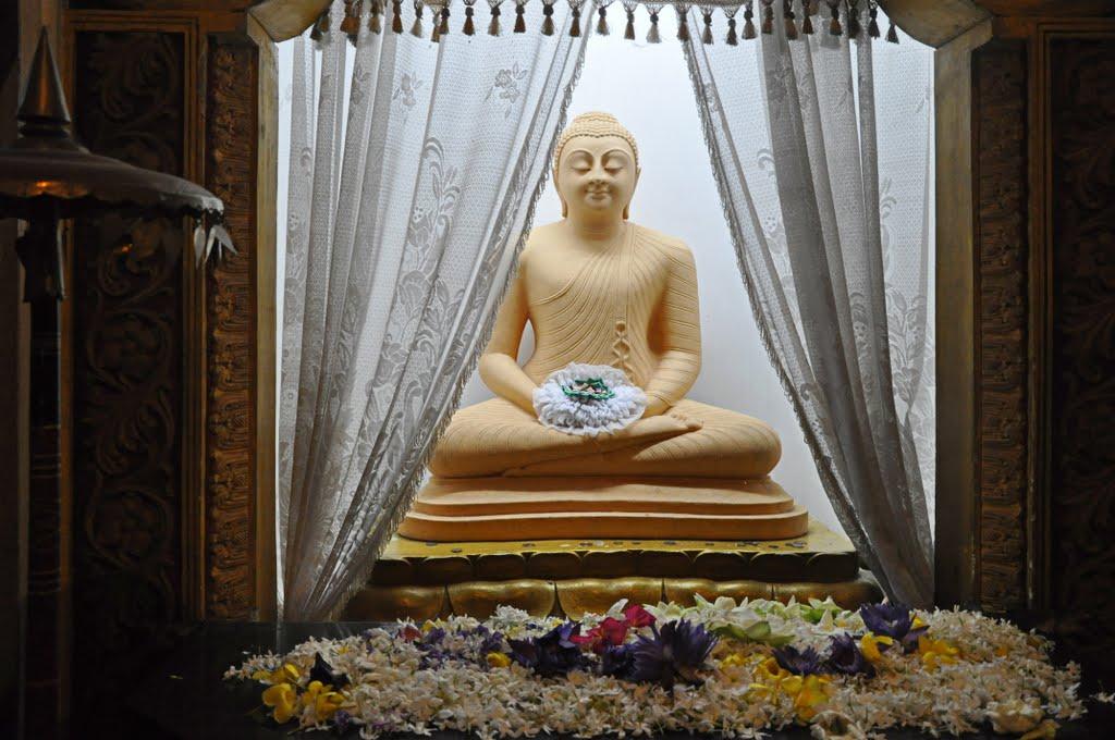 Цветы у статуи будды