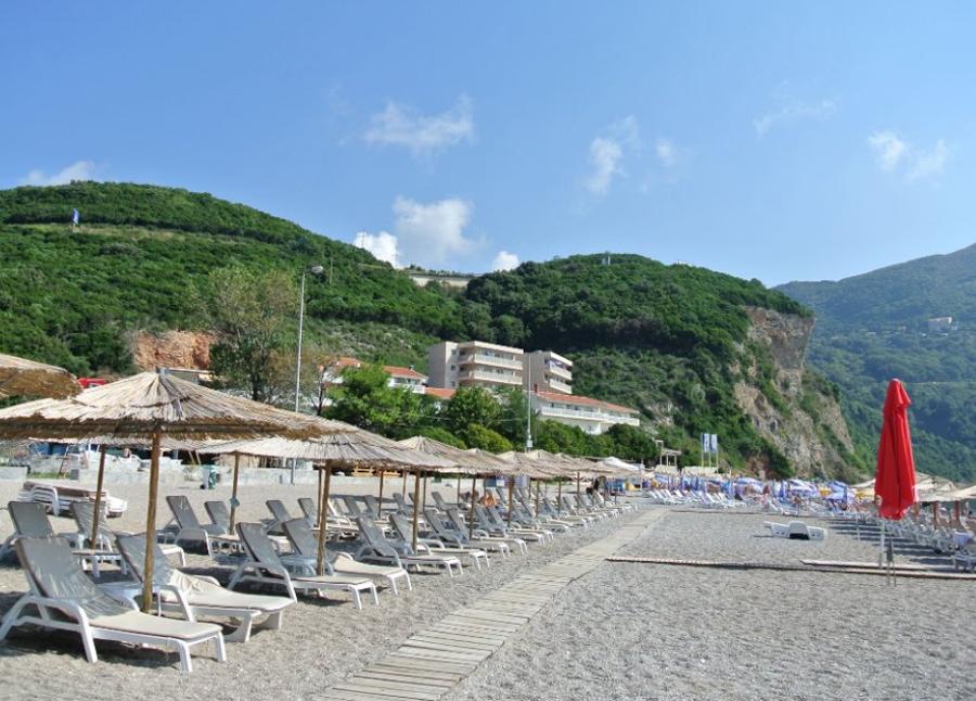 Шезлонги с зонтами на пляже Яз, Будва