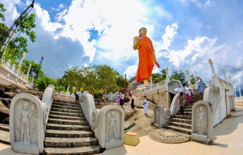 Статуя гуляющего Будды