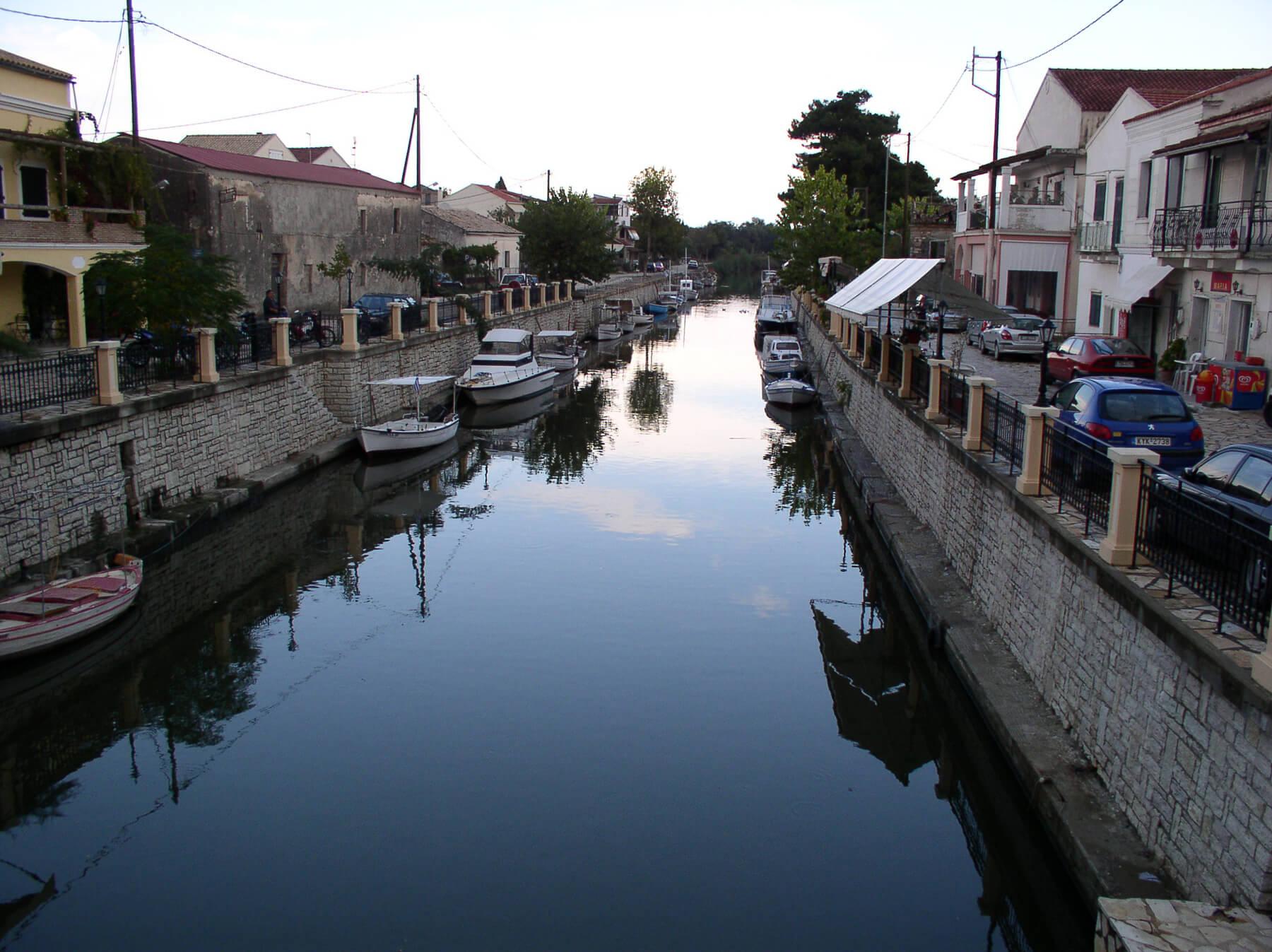 Канал в поселении Лефкими