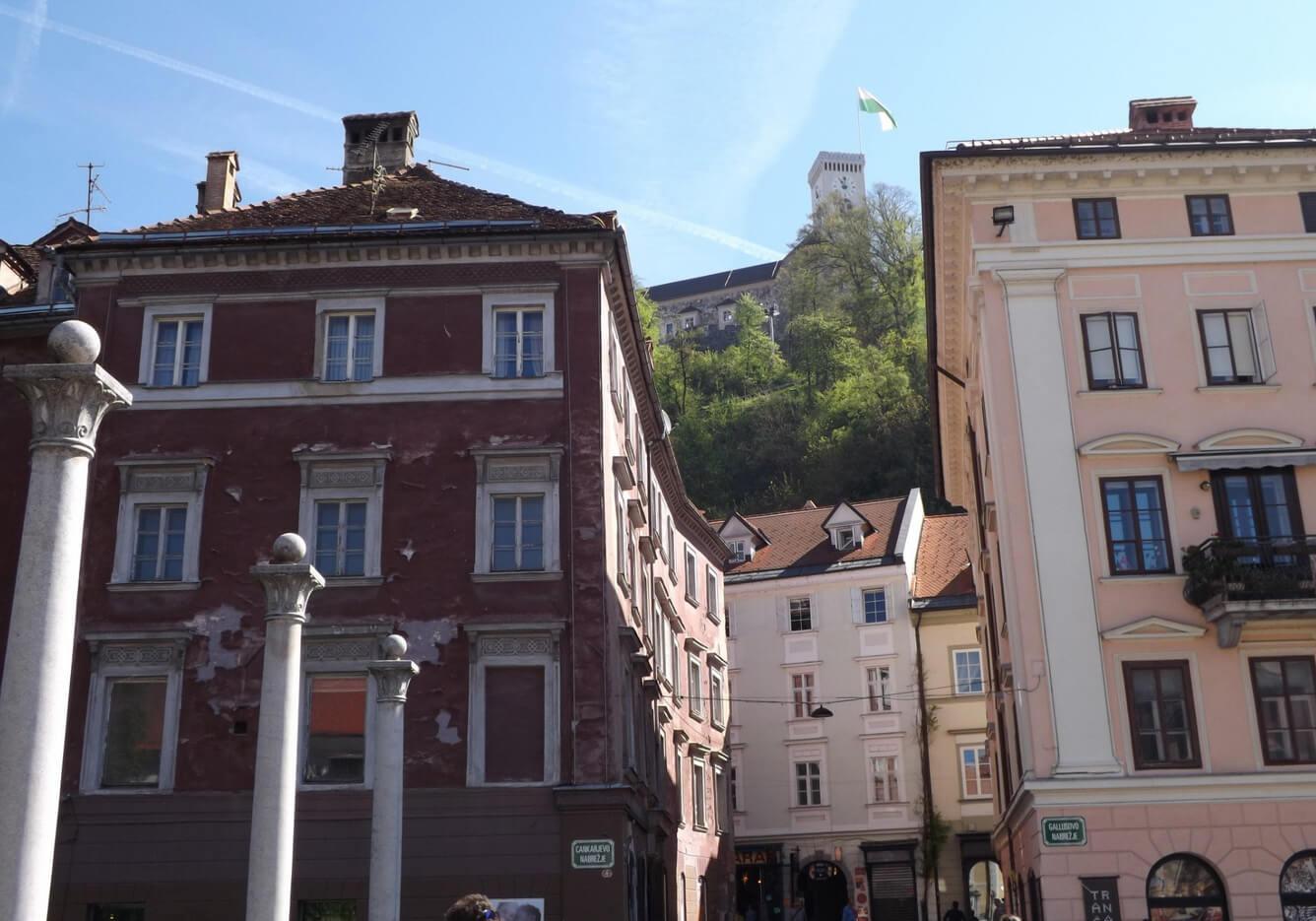 Вид на старинный замок