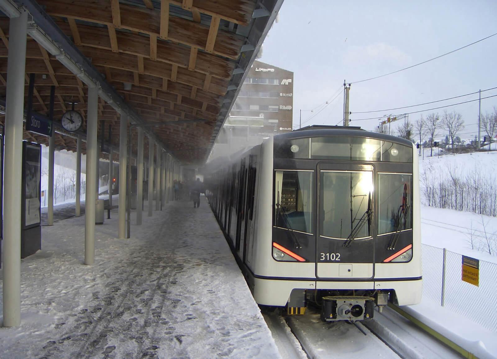 Современный поезд метро в Осло