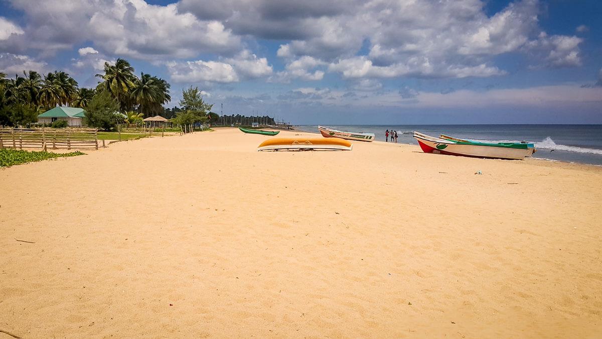 Золотистый песок на пляже Нилавели