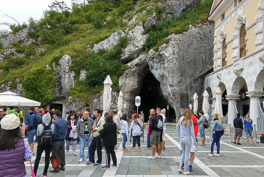 Справа дворец-ресторан, прямо вход в пещеру