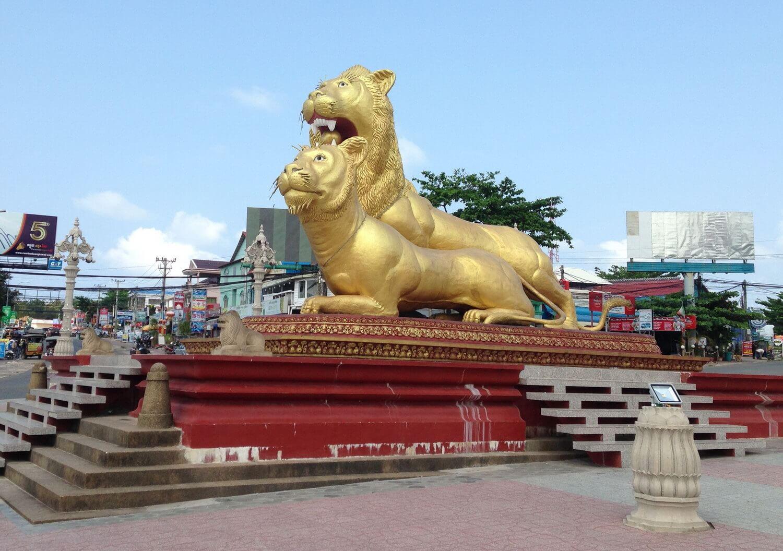 Статуи золотых львов