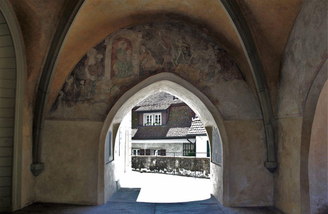 Арочный вход, расписанный фресками