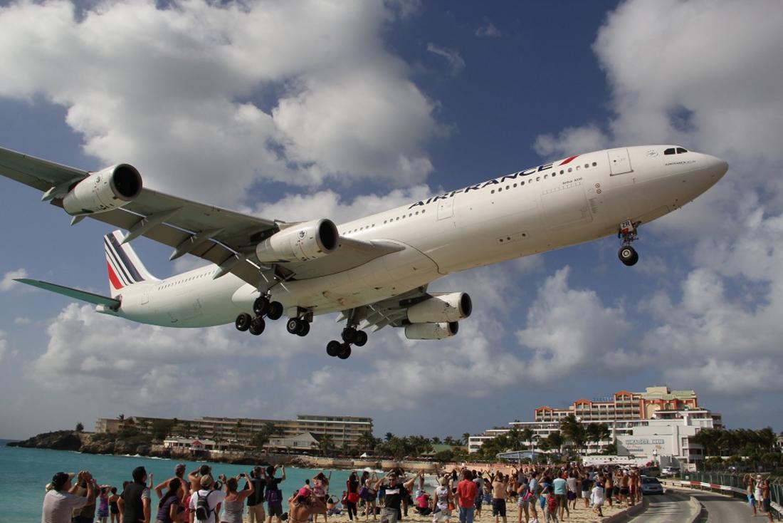 Самолет пролетает над пляжем