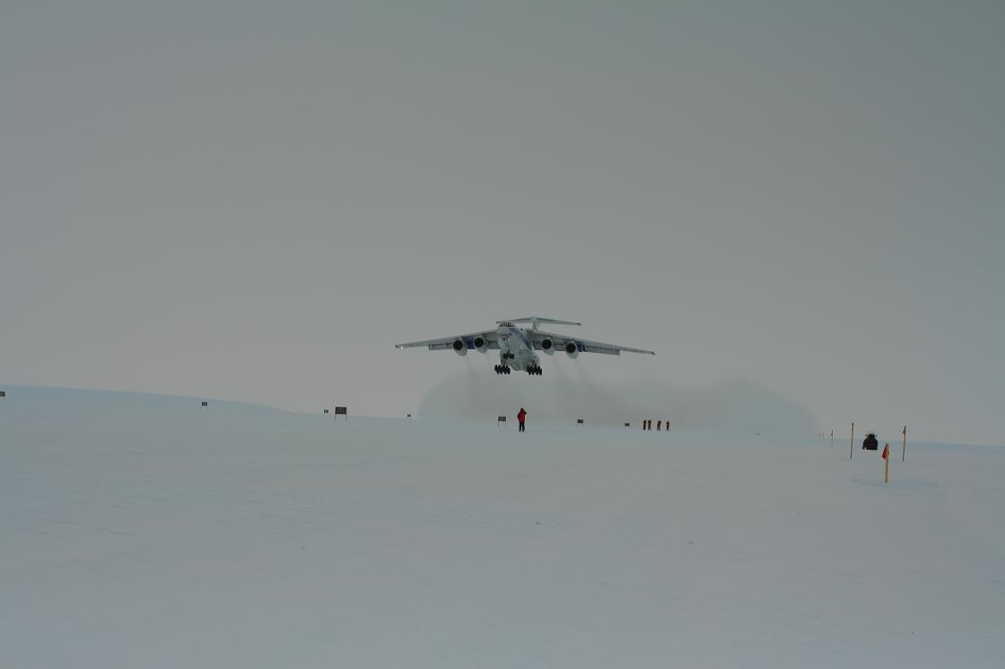 Взлет самолета с антартической станции Новолазаревская