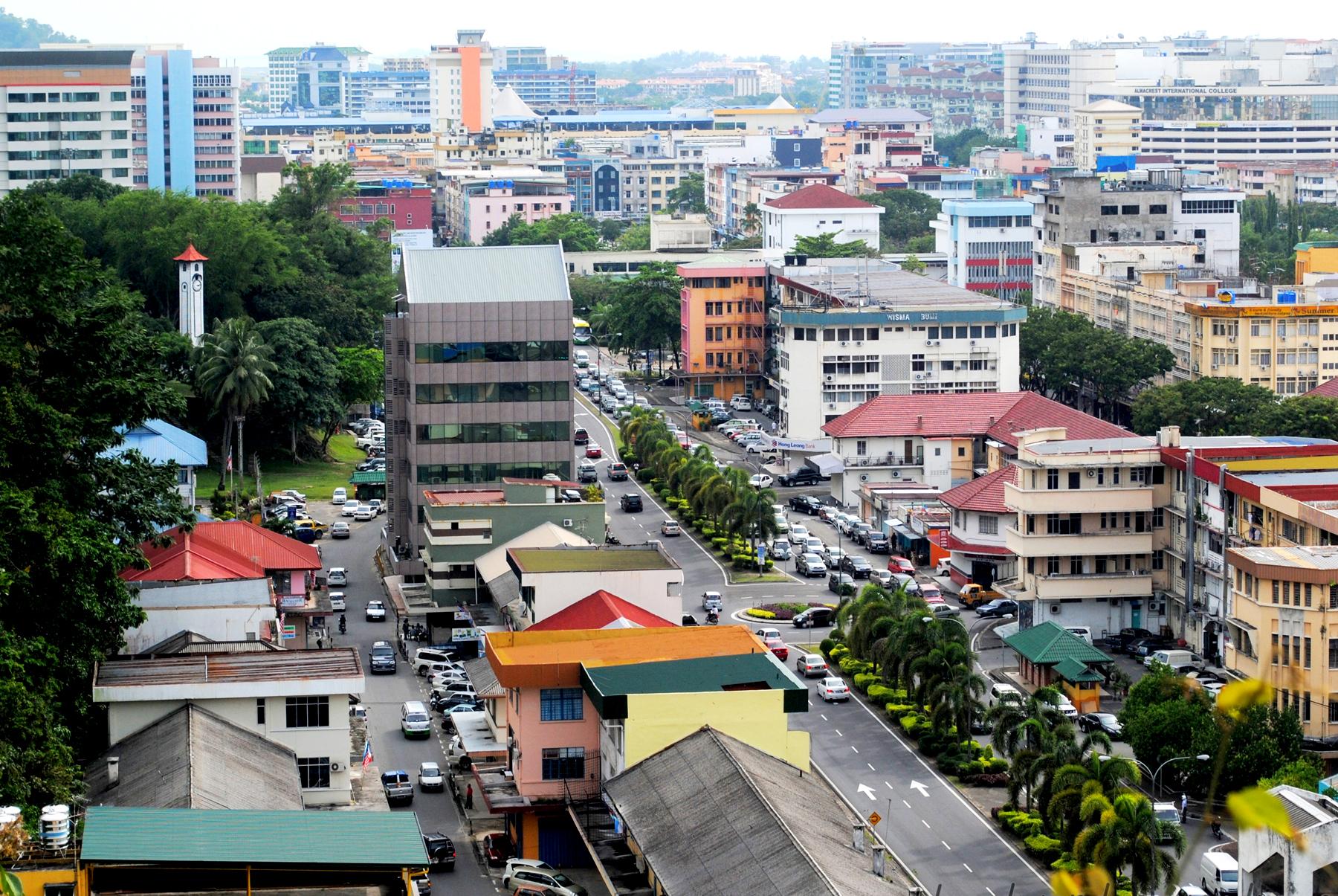 Вид сверху на город Кота-Кинабалу