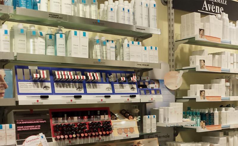 Витрины в швейцарских аптеках