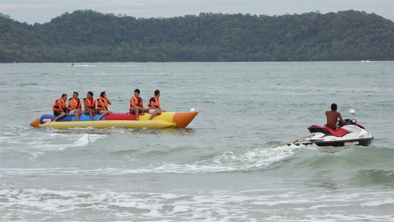 Катание на банане на пляже Pantai Tengah
