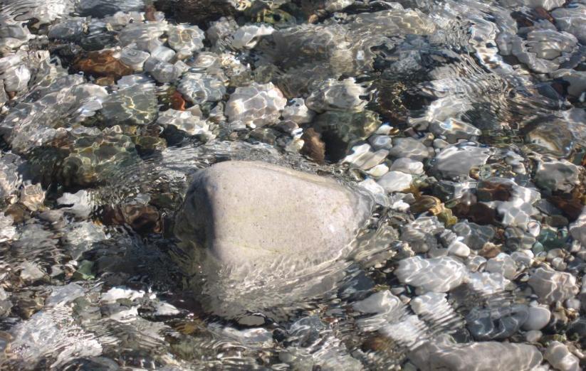 Кристально чистая вода центрального пляжа в Кемере