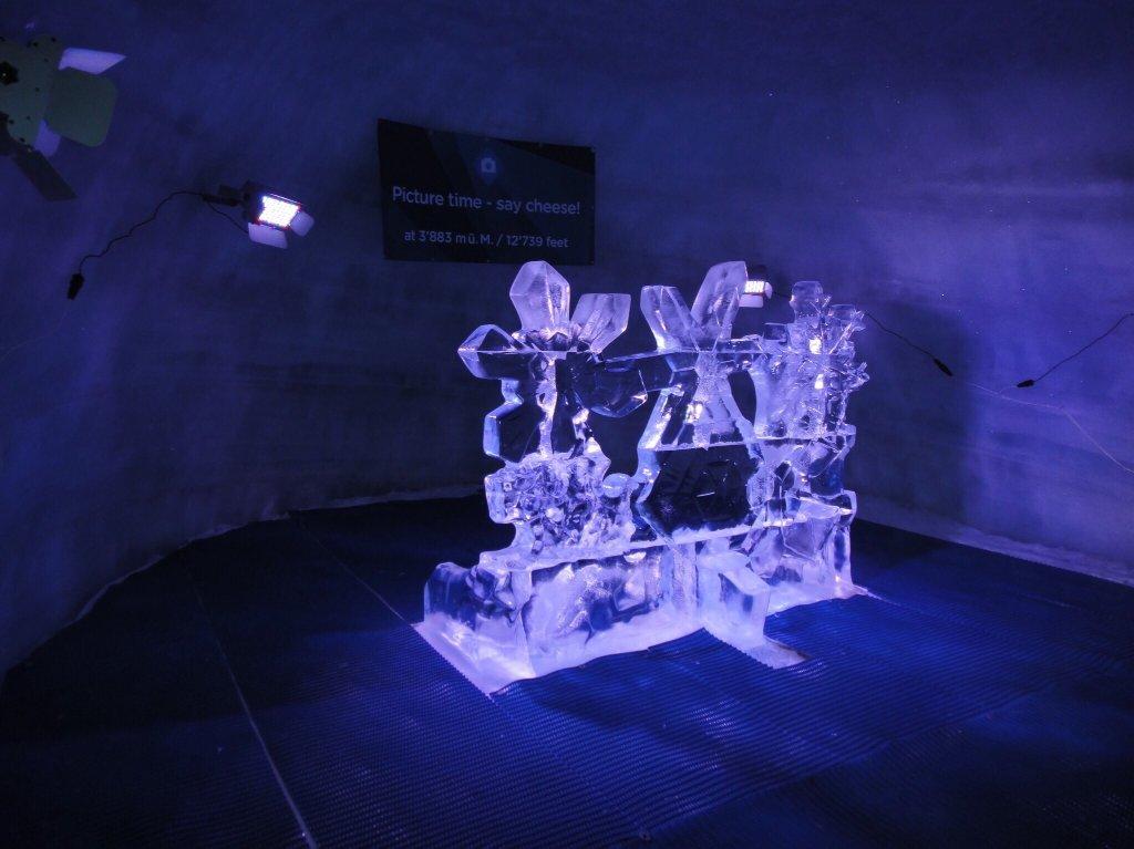 Ледяная пещера у комплекса Маттерхорн Гласье Парадайз