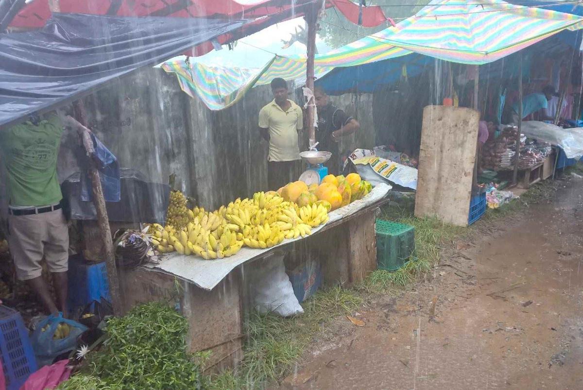 Льет дождь на рынке Хиккадуве