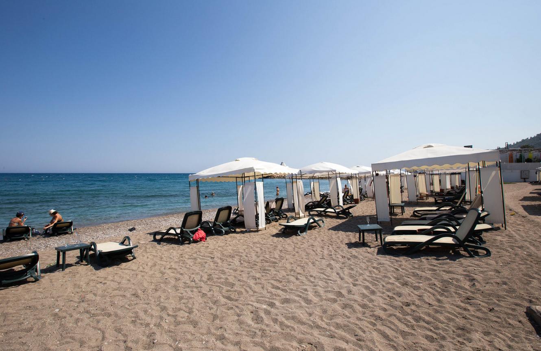 Песчаный пляж отеля Rixos Sungate