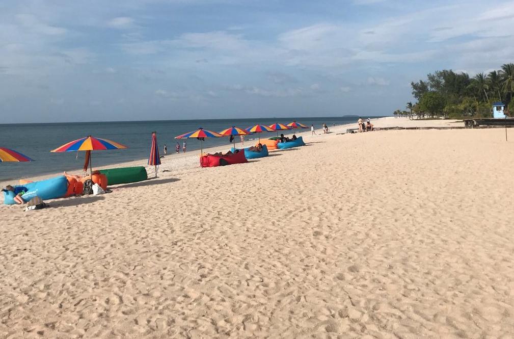 Песчаный пляж Танжунг Ру