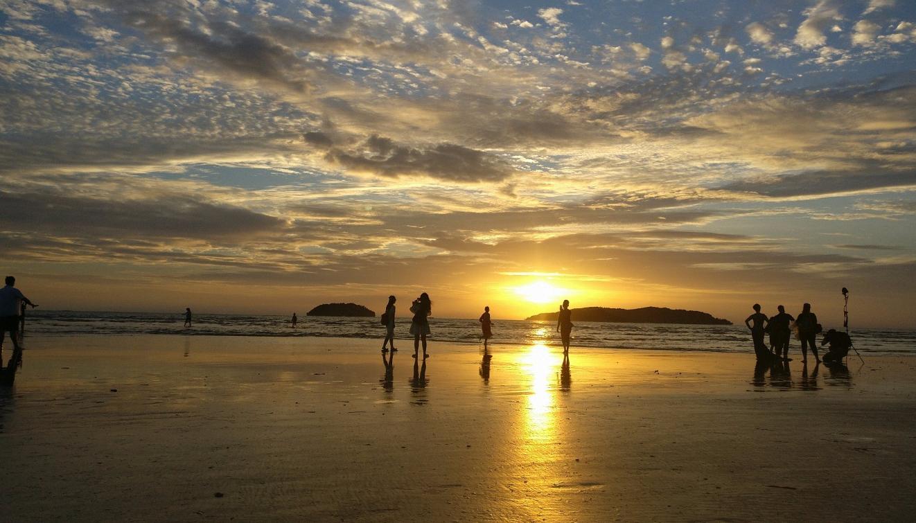 Закат с пляжа Tanjung Aru Beach