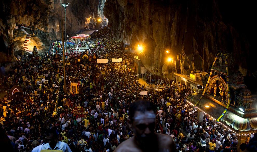 Праздник Тайпусам в пещере Бату