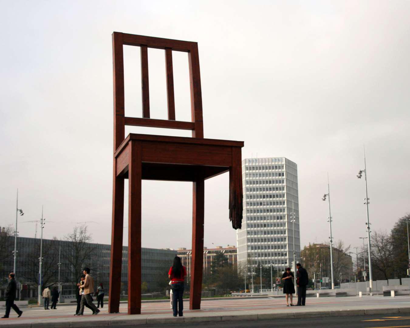 Скульптура Сломанный стул