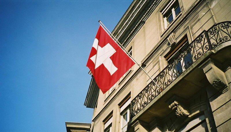 Флаг Швейцарии на балконе