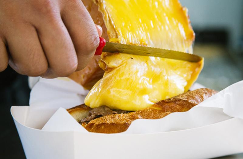 Сырный раклет - национальное швейцарское блюдо