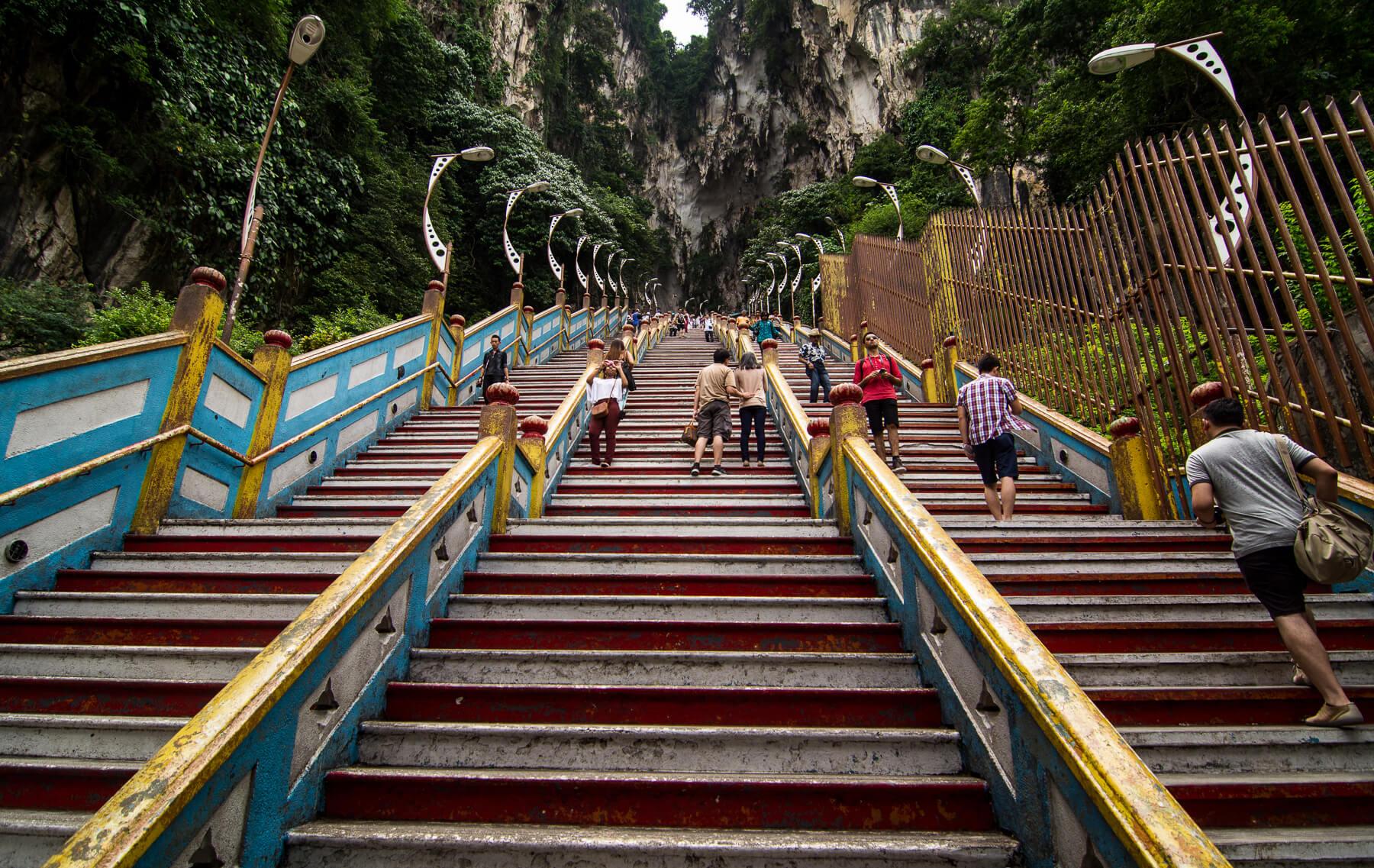 Подьем по ступенькам к пещере