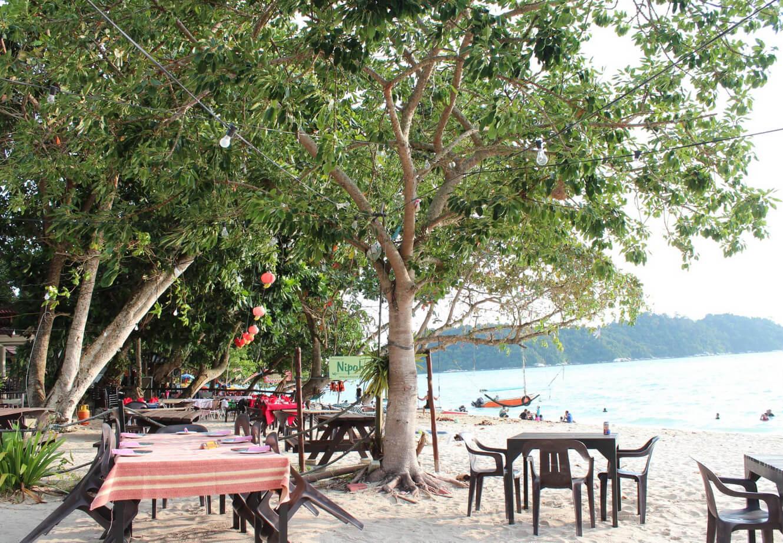 В прибережном кафе на пляже Coral Beach