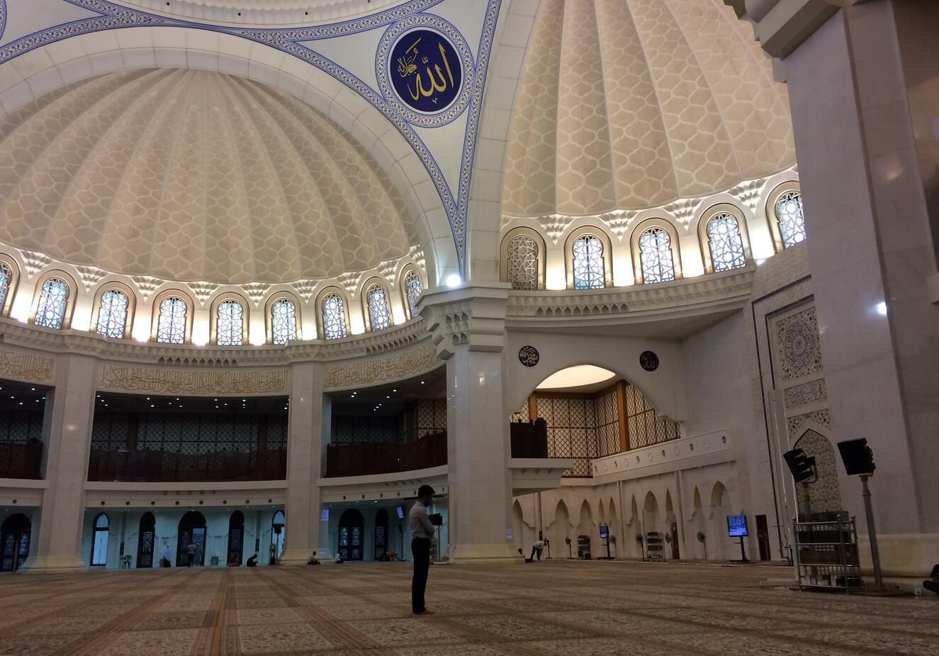 Интерьер мечети Вилайят Персекутуан