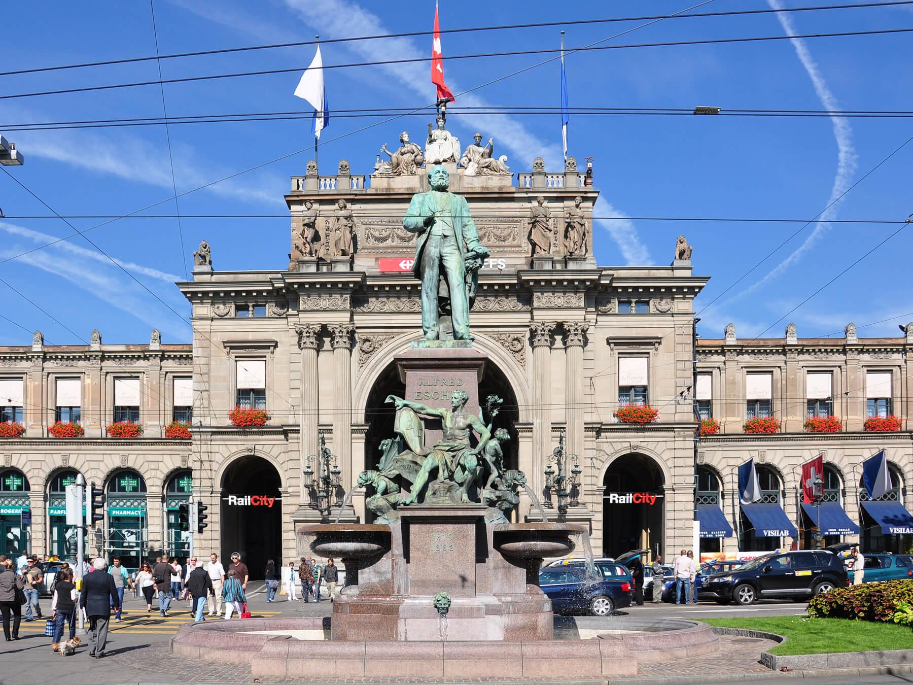 Памятник Альфреду Эшеру - основателю железных дорог