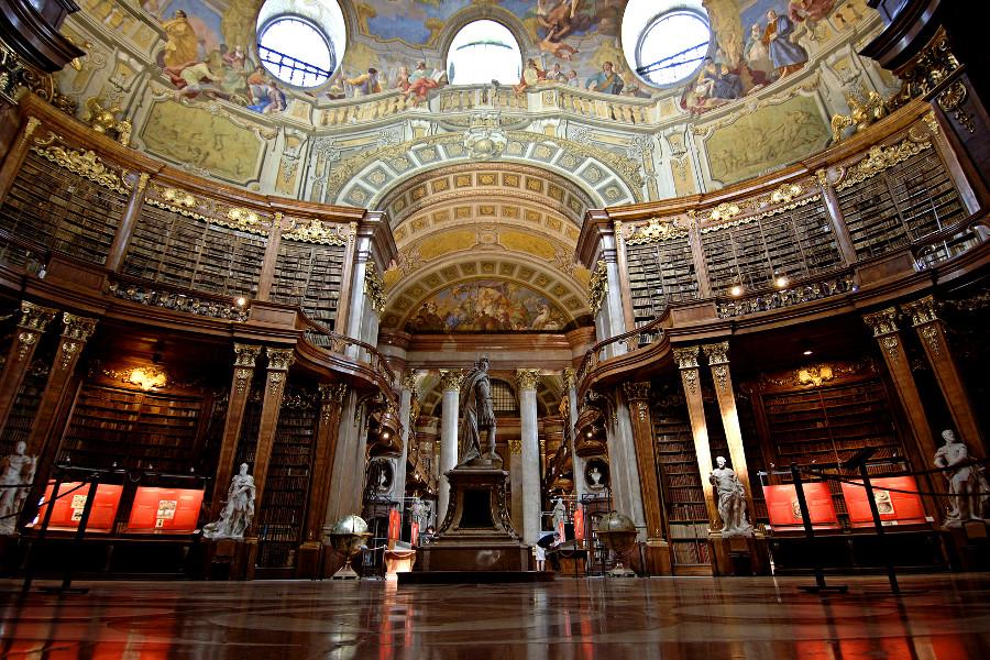 В Австрийской национальной библиотеке стены и потолки расписаны фресками